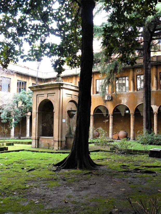 rome-chiesa-di-san-cosimato-courtyard