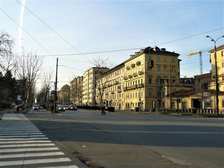 turin-buildings-along-the-river
