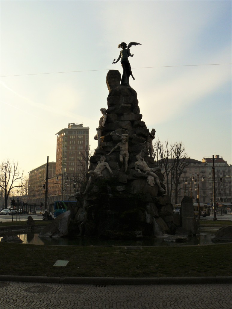 turin-piazza-statuto-fountain