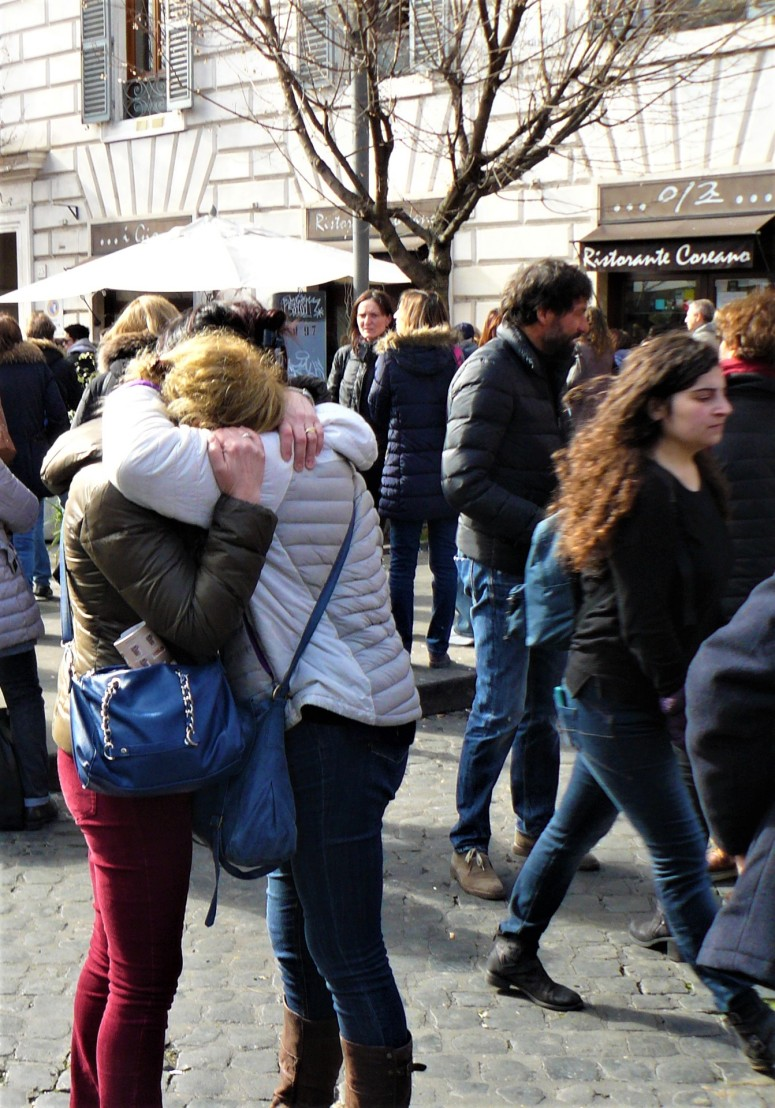 rome-people-embrace