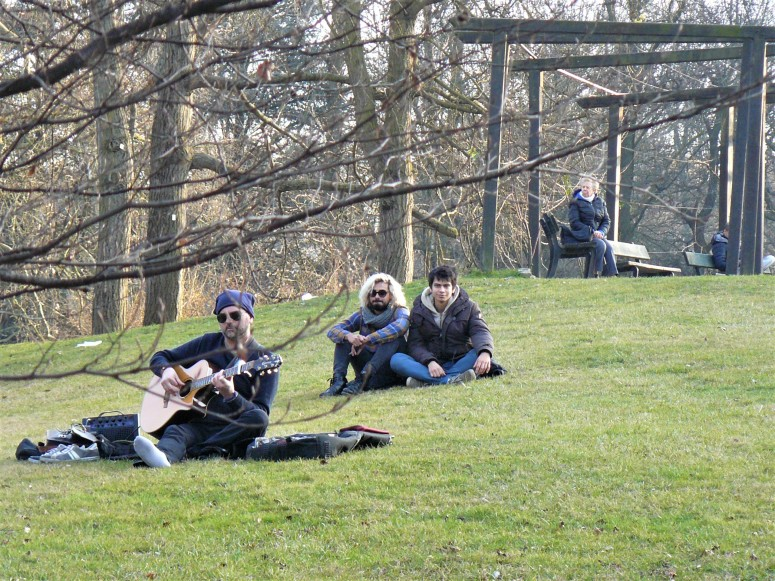 turin-people-relaxing-in-a-park-guitarist