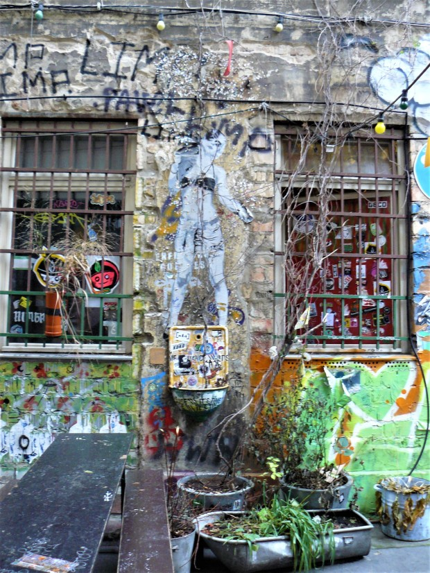 berlin street art courtyard 2